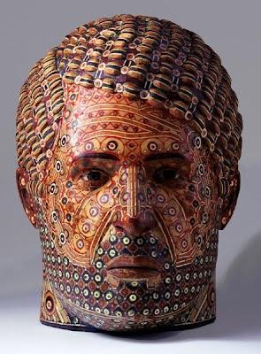 Arte con cabezas de madera recicladas.