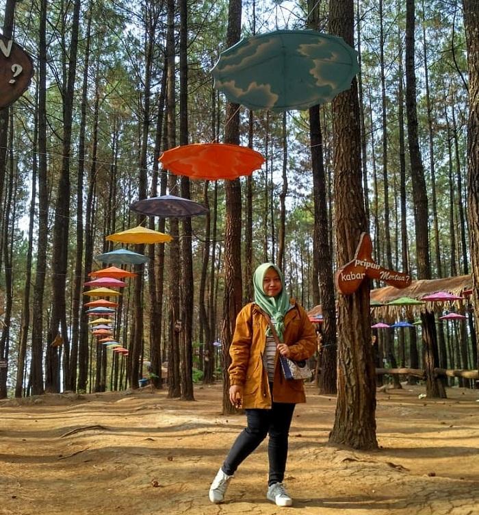 spot foto payung warna-warni di puthuk panggang welut pacet