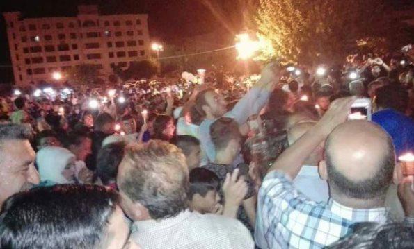 أهالي درعا ينظمون وقفة ومسيرة شموع تضامناً مع أهلنا في السويداء