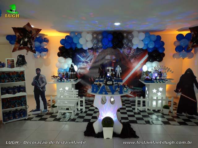 Mesa decorada provençal simples para festa de aniversário infantil tema Star Wars