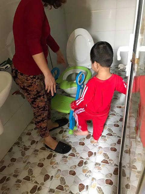 Cách dùng nắp bồn cầu - ghế ngồi toilet có thang cho trẻ em như thế nào?