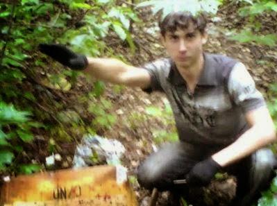 Victor Sayenko pousando com uma saudação nazista para a fotografia tirada durante um dos assassinatos