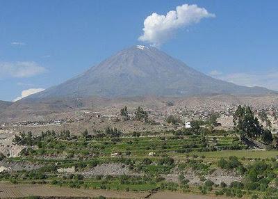 Foto del Volcán Misti de Arequipa humeando