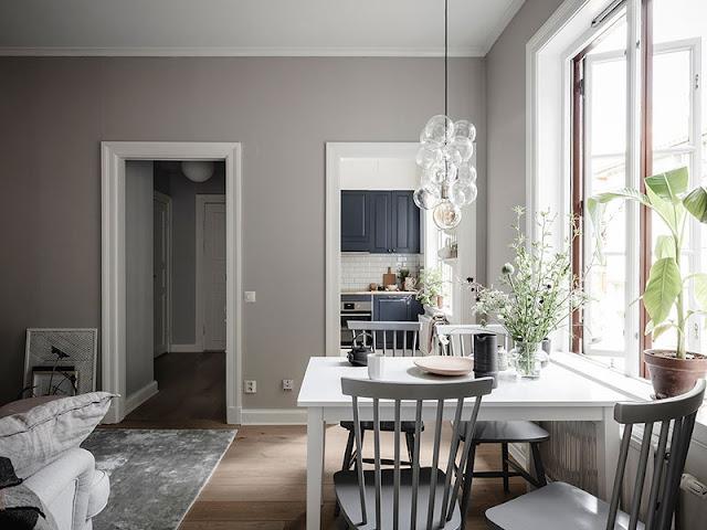 Pereți bej și bucătărie albastră într-un apartament de numai 41 m²
