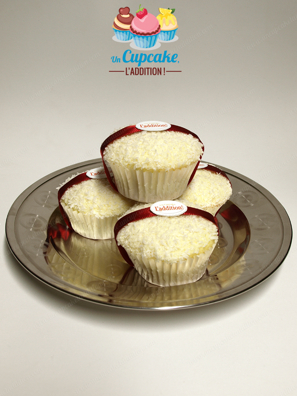 Cupcakes façon Ferrero Raffaello® : génoise ultra-légère, cœur pâte à tartiner chocolat blanc / amandes craquantes et couverture chocolat blanc / coco.