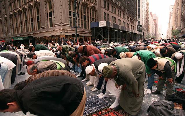 muslim barat sholat berjamaah