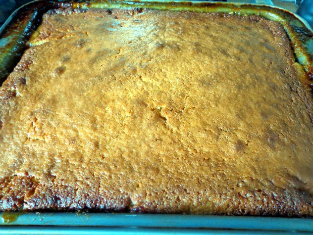Pineapple upside-down cake by Laka kuharica: loosen the cake from the sides of the pan