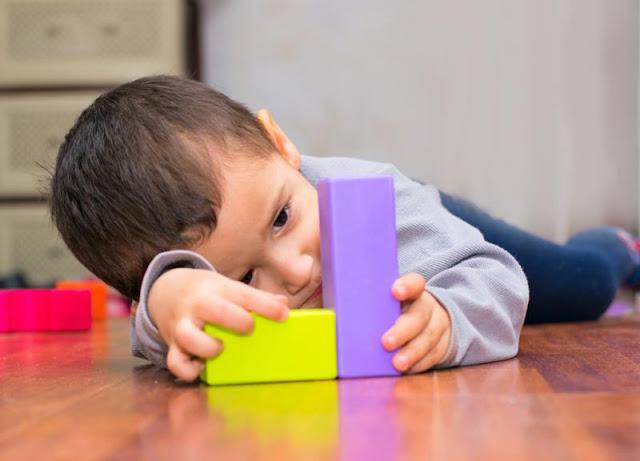 علامات التوحد في عمر السنتين وعلاجه
