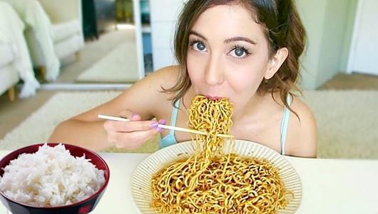 Masih Suka Makan Mi Instan Campur Nasi? Hentikanlah Sekarang Juga, Akibatnya Sangat Berbahaya