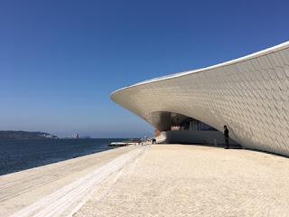 Museu MAAT em Belém com o Rio Tejo ao lado