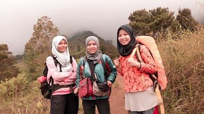 Jalur pendakian gunung cikuray, pos pemancar gunung cikuray, trek gunung cikuray, cara menuju gunung cikuray, terminal guntur menuju pos pemancar, pos pemancar cikuray, pos 1 cikuray, pos 2 cikuray, pos 3 cikuray, pos 4 cikuray, pos 5 cikuray, puncak cikuray, trek awal kebun teh, trek awal cikuray, gunung cikuray mistis, gunung cikuray horor, pengalaman mistis di gunung, pendakian, pendaki indonesia, Gunung di Indonesia, gunung di jawa barat, gunung cikuray, gunung cikuray 2818, ketinggian gunung cikuray,