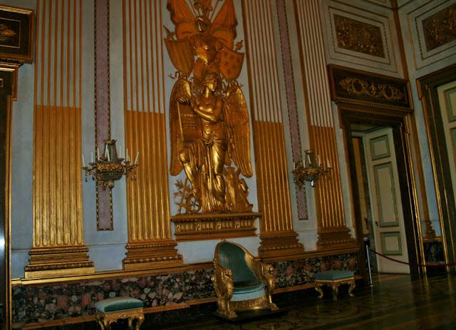statue dorate, camera, poltrona