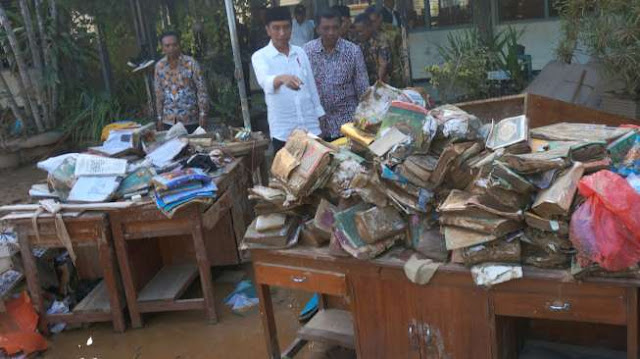 "Di Depan Ratusan Santri, Jokowi Dibacakan Puisi ""Khalifah Kami"""