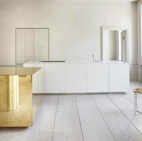 Messing-Würfel steht in der Mitte einer weißen Küchen