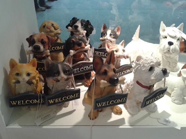 Várias esculturas de cães