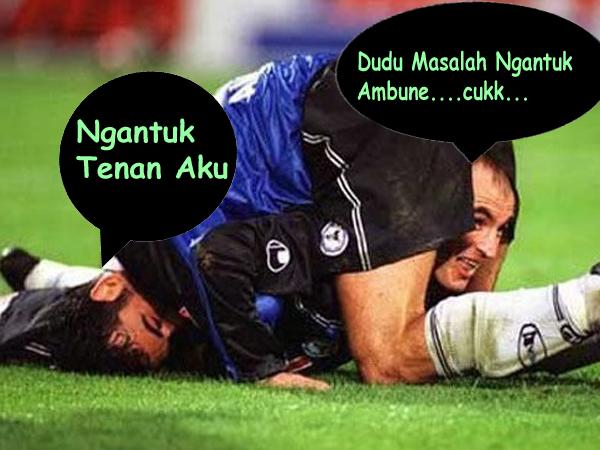 foto pemain sepak bola lucu saling tindih