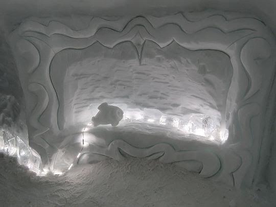 Hall z akwarystyczną dekoracją.