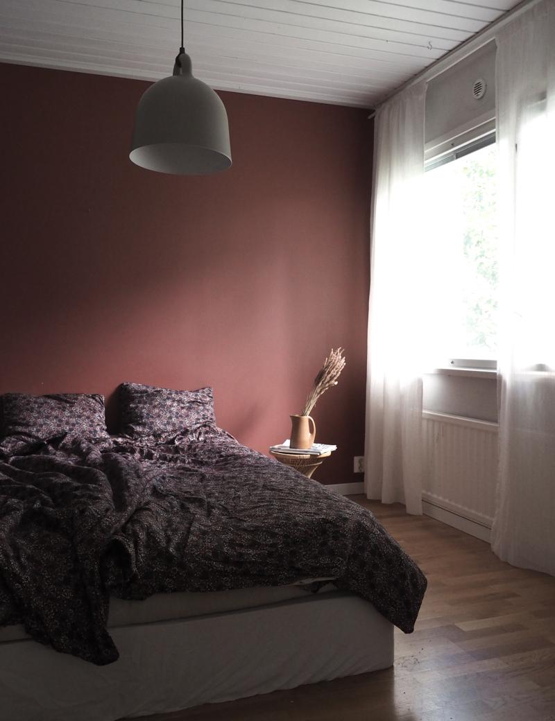 Tummasävyinen makuuhuone