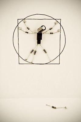 Robots hecho con circuitos de radio el hombre de vitruvio