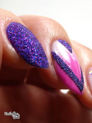Nail Art géométrique - Chevrons pailletés effet sucre sur dégradé
