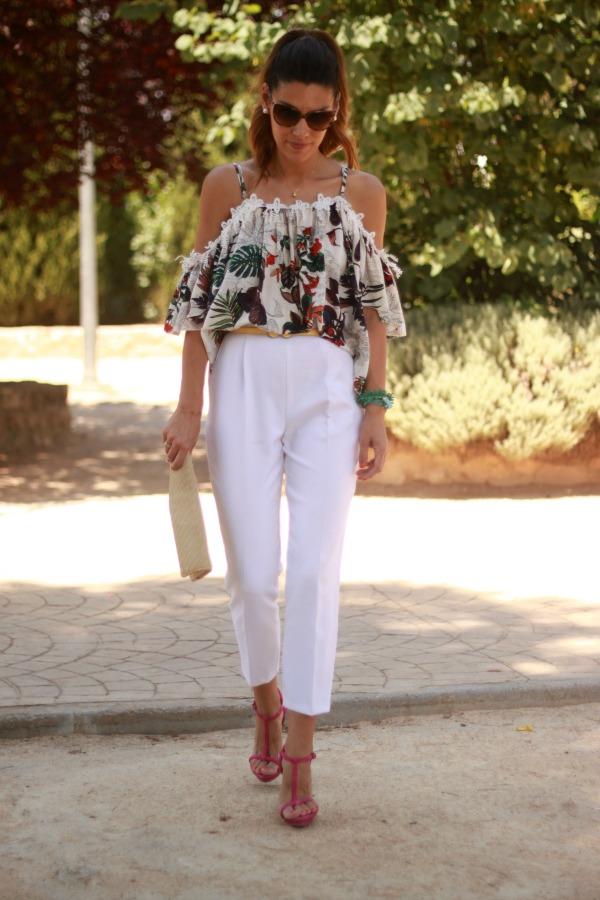 pantalón blanco de vestir, look arreglado, blusa vaporosa