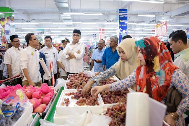 Wakil Gubernur Aceh, Nova Iriansyah meninjau pusat perbelanjaan menjelang Idul Fitri di Banda Aceh, Rabu 13/6/2018