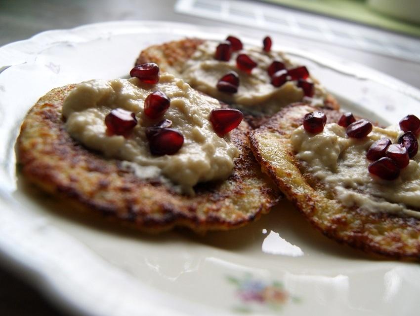 Hummus jaglany z granatem i placki ziemniaczane z hummusem