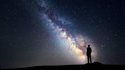 Un hombre observa la Vía Láctea, la galaxia espiral donde se encuentra el sistema solar