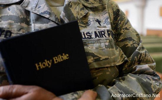 Militar estadounidense con la Biblia