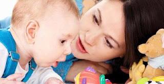Melatih Kecerdasan Motorik Anak Usia 0-12 Bulan menghadap wajah ibu