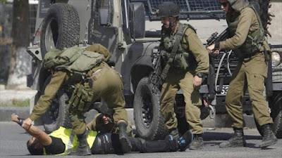 Efectivos de seguridad israelí arremeten contra un periodista palestino.