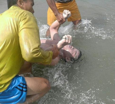 Jasad Oci Manik saat dievakuasi warga dan Tim SAR.
