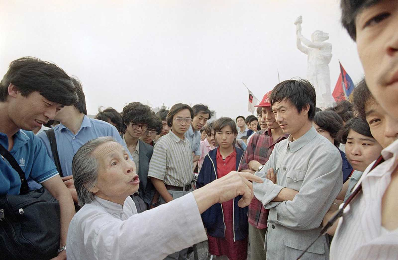 A senior citizen airs her views on democracy in a discussion with striking students, on May 31, 1989 in Tiananmen Square.