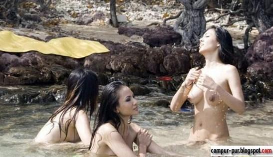 Foto Bugil Tante Girang Mandi di Sungai