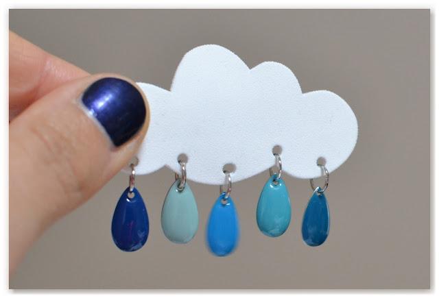 prototype de broche nuage et gouttes bleues