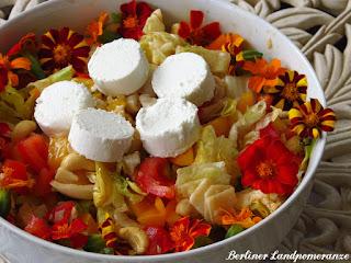Ziegenkäse-Salat mit essbaren Blüten