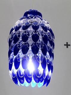 lampara de techo hecha con cucharas de plastico recicladas