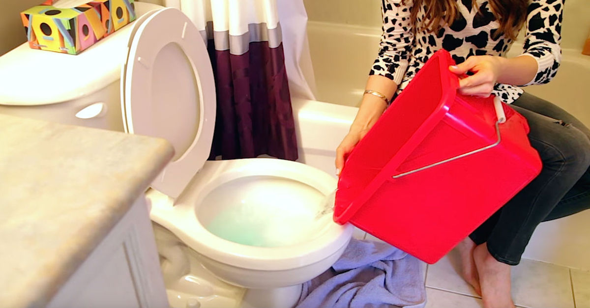 How To Unclog The Toilet… Without A Plunger!