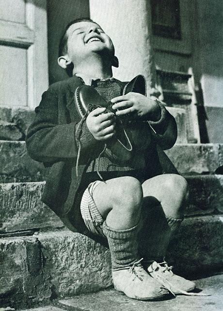 La alegría de un niño con sus zapatos nuevos después de la guerra, foto tomada en el año 1946. Fotos insólitas que se han tomado. Fotos curiosas.