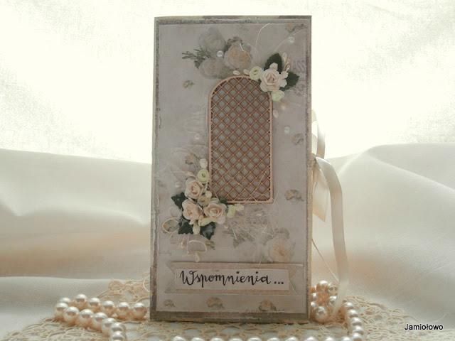 wierzch delikatnej kartki z drewnianą pergolą i różami