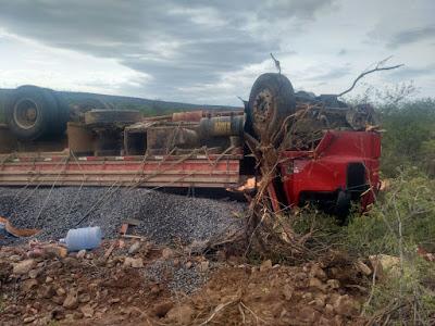 Gentio do Ouro: Pneu estoura e caminhão carregado de brita tomba em rodovia