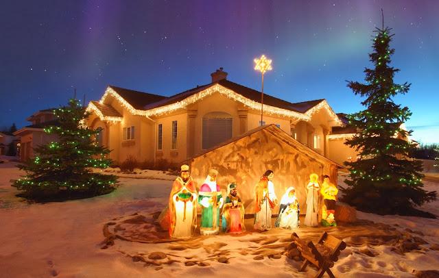 Kerst wallpaper met huizen en een kerststal
