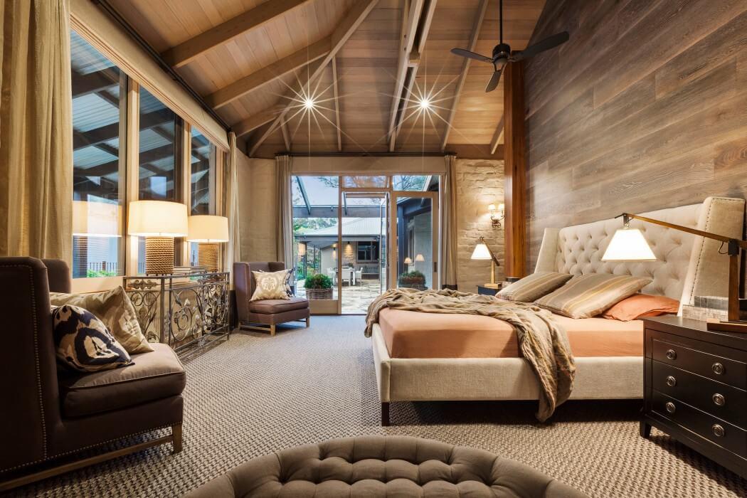 Interior de una casa moderna con toques clásicos y naturales