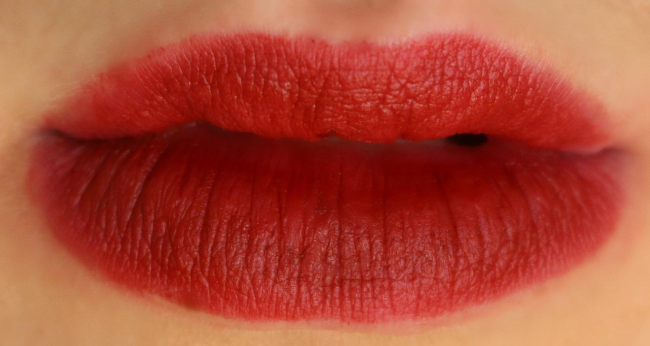 charlotte tilbury matte revolution lipstick legendary queen lip swatch