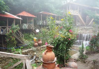 Cabañas en el pueblo de Javaher Deh