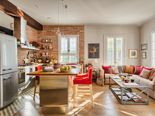 Mieszkanie z kuchnią w stylu loftu z ceglaną ścianą - wystrój wnętrz, wnętrza, urządzanie domu, dekoracje wnętrz, aranżacja wnętrz, inspiracje wnętrz,interior design , dom i wnętrze, aranżacja mieszkania, modne wnętrza, loft, styl loftowy, styl industrialny, małe mieszkanie, małe wnętrza, kawalerka, czerwona cegła, ściana z cegły, salon, kuchnia