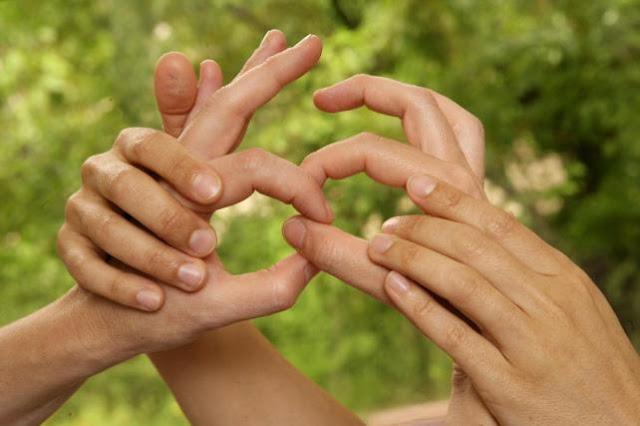 Manos ayudando a otras manos en lenguaje de signos