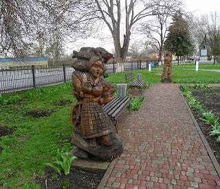 Великі Сорочинці. Скульптури песонажів повісті М. В. Гоголя «Сорочинський ярмарок»
