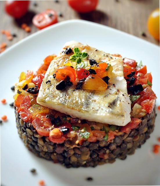 Fischfilet auf buntem Linsengemüse mit Tomaten-Salsa