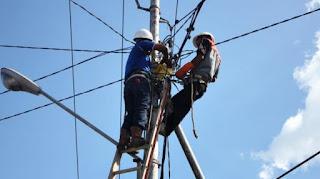 Pegawai PLN Sedang Melakukan Perbaikan Jaringan Listrik